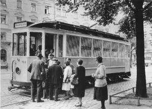 Die Tram der Wanderbücherei im Jahr 1930
