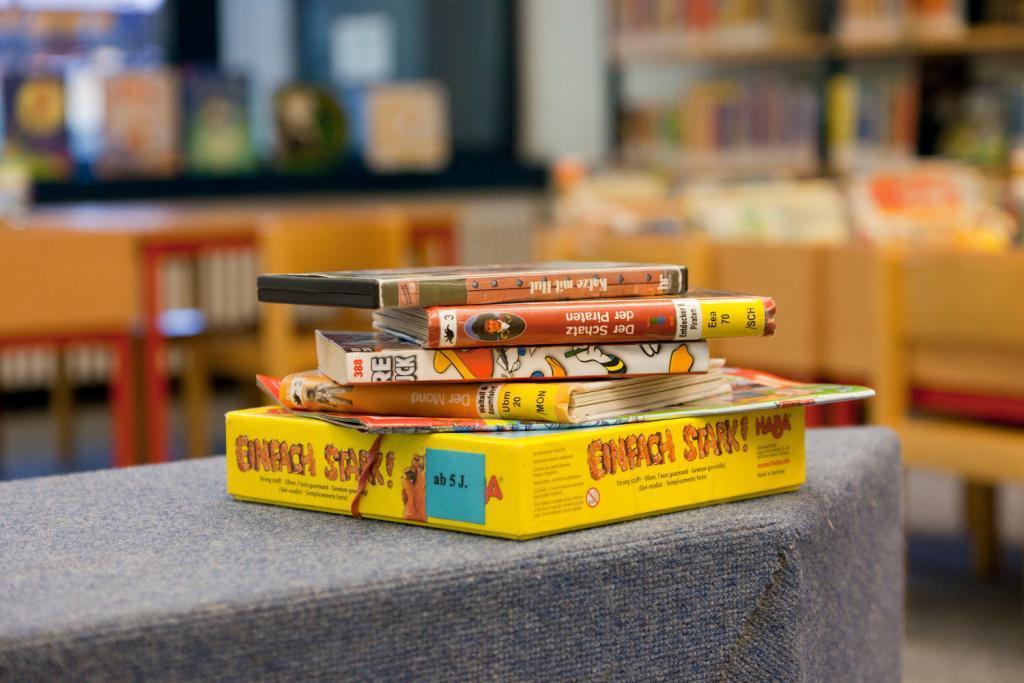 Ein Stapel aus Spielen, Büchern und Zeitschriften für Kinder