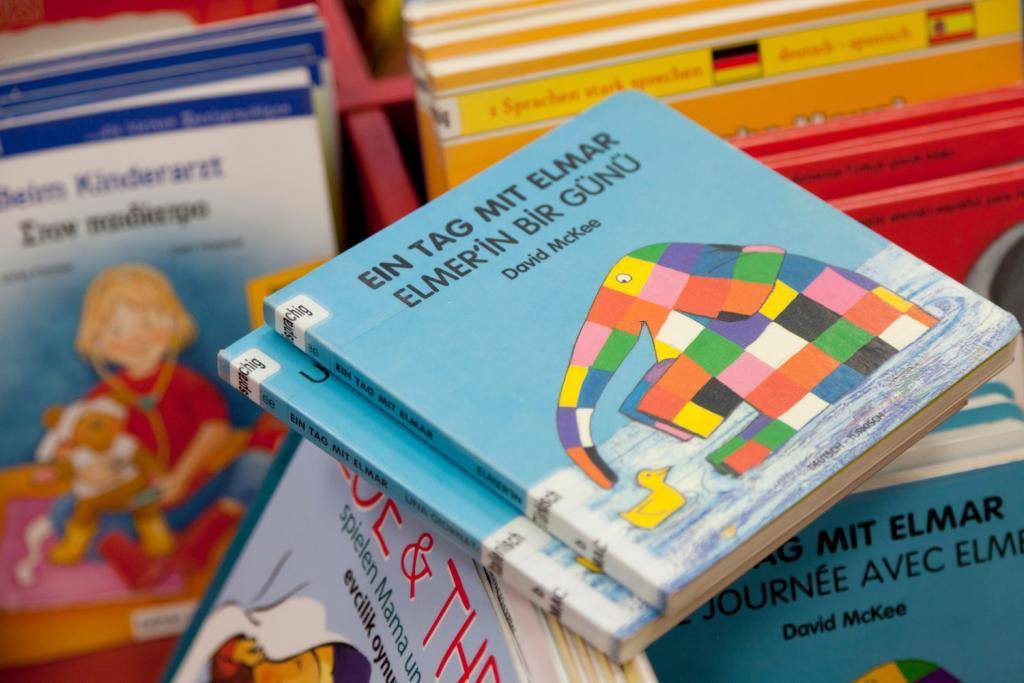 """Das Buch """"Elmar der Elefant"""" auf Deutsch und Türkisch"""