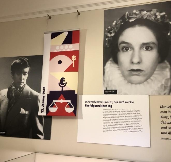 BloggerWalk #ErikaMann führt durch die Ausstellung in der Monacensia im Hildebrandhaus - hier Blick in die Ausstellung.
