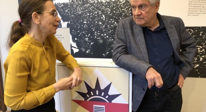 """Frido Mann im Interview mit Anke Buettner über seine Tante Erika """"Eingefuchst auf Antifaschismus"""" - Erika Mann als politische Rednerin. Ausstellung in der Monacensia"""