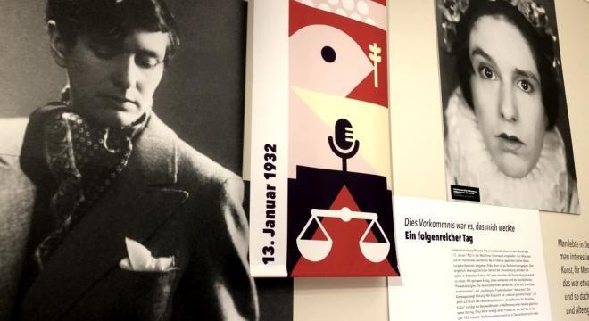 Vernetzungsaktion #ErikaMann im März. Wandabschnitt Politisierung Erika Manns von 1932 mit Bildnis aus Don Carlos. Ausstellung Monacensia