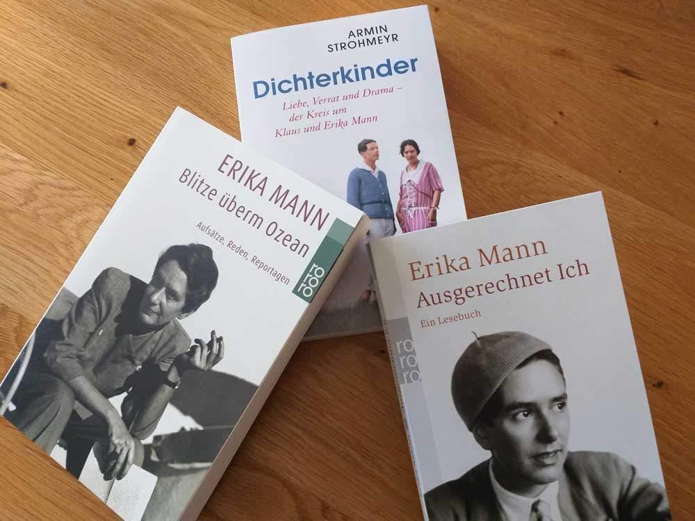 """Die Stadtbibliothek Neuhausen bietet dem Kabarett und seinen Künstler*innen ein Forum ihre Gesellschaftskritik zu äußern. Im Zuge der Erika Mann-Ausstellung in der Monacensia findet hier das Kabarett """"Erika, Kronprinzessin"""" statt. Daneben gibt es ein großes Medienangebot zum Thema: Bücher, CDs und DVDs"""