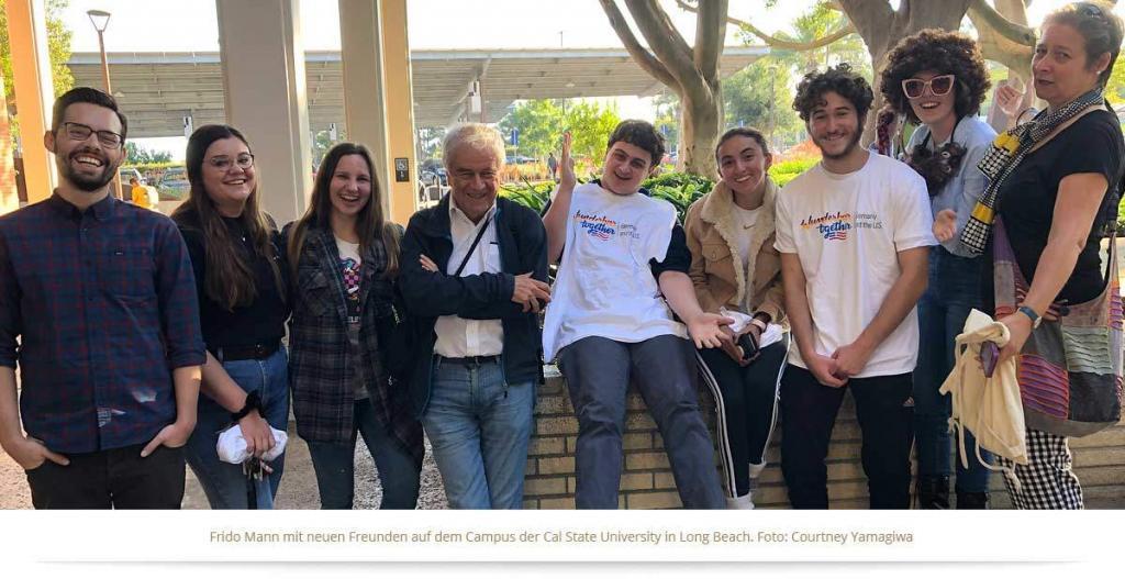 Frido Mann mit neuen Freunden auf dem Campus der Cal State University in Long Beach. Die hier entworfenen Gedanken entwickelt er weiter in Democracy for Future.