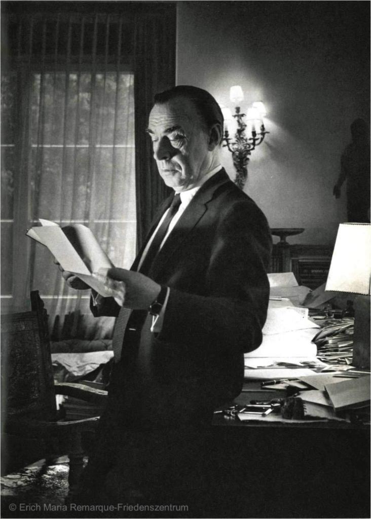 Fotografie von Erich Maria Remarque in seiner Villa in Porto Ronco, 1963 (© Erich Maria Remarque-Friedenszentrum)