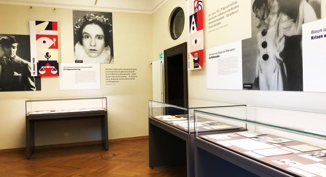 Ausstellungsansicht in der Monacensia: Erika Mann - Politisierung am 13. Januar 1932 auf der Frauenfriedensversammlung in München und Kabarettistin