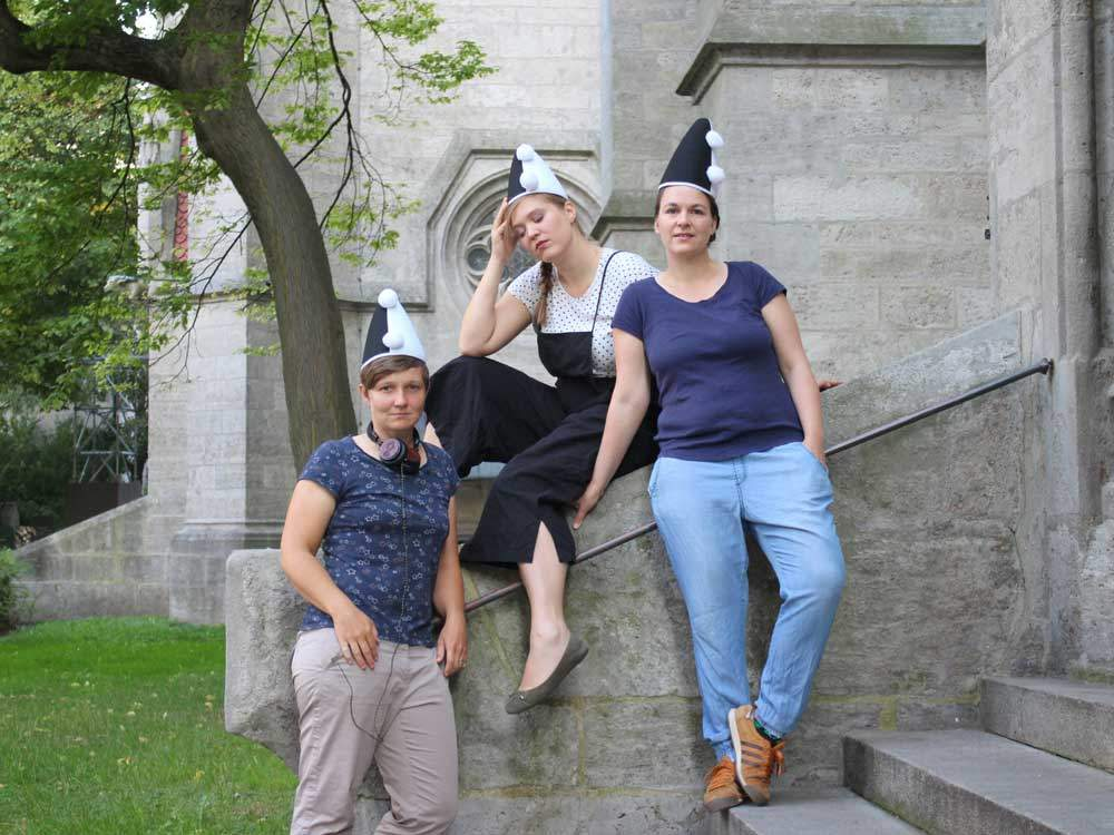 """Die Drei Erikas. Sie führen sowohl in der Monacensia als auch in der Stadtbücherei das Kabarett """"Erika, die Kronprinzessin"""" auf. Auf dem Foto:Fee Brembeck, Meike Harms und Katrin Freiburghaus. Foto: Meike Harms"""