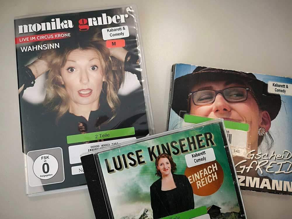 Das Medienangebot der Stadtbibliothek Neuhausen zum Kabarett ist vielfältig.