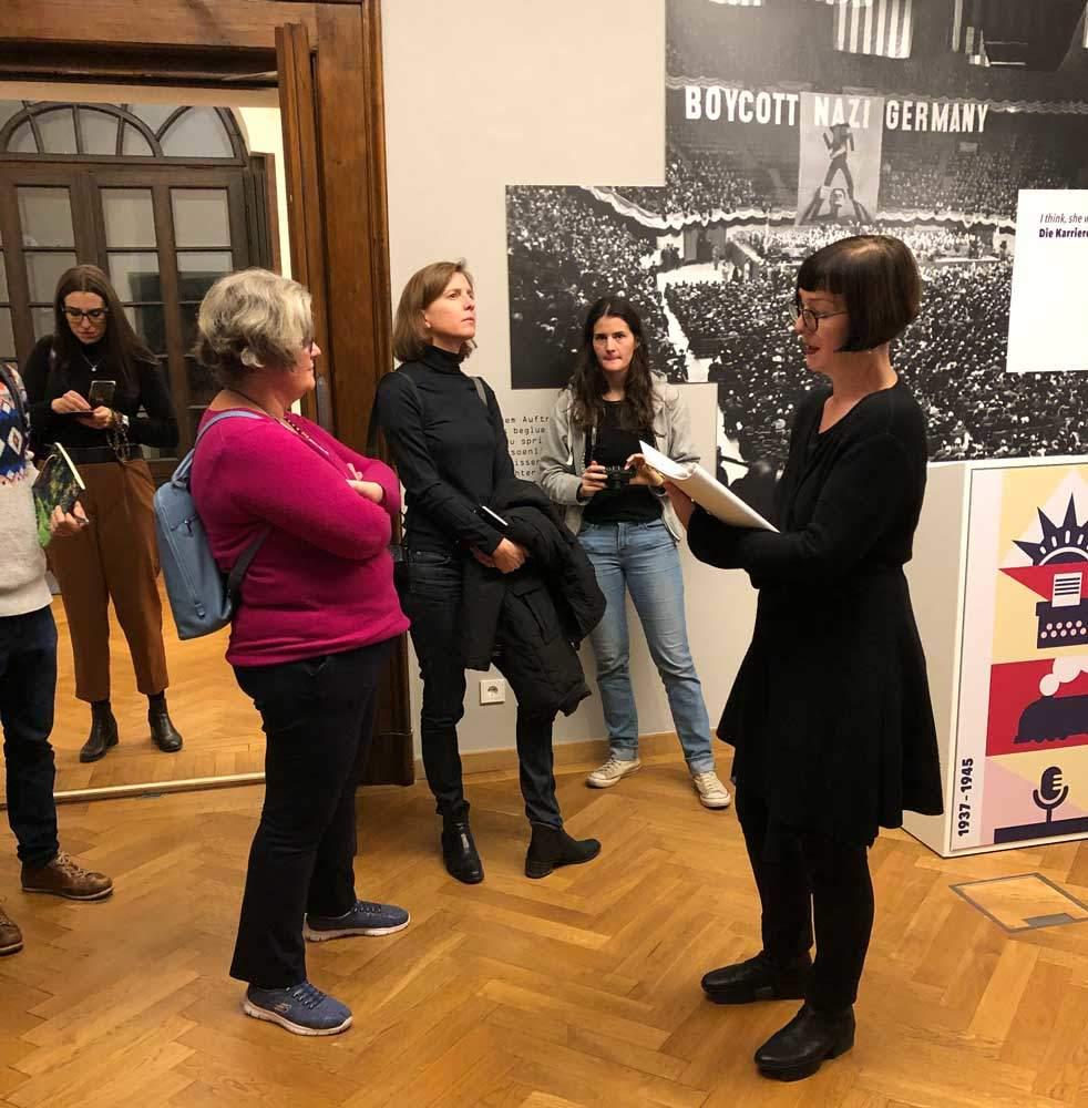 BloggerWalk #ErikaMann - Teilnehmende lauschen gebannt