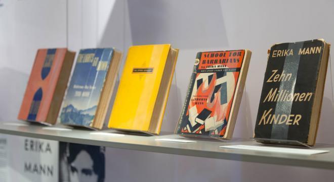 """1938 erscheint """"School for Barbarians. Education under the Nazis"""" in New York. Das Buch von Erika Mann wird ein Bestseller, drei Monate nach Erscheinen der englischen Ausgabe sind 40.000 Exemplare verkauft. Im selben Jahr erscheint die deutsche Ausgabe """"Zehn Millionen Kinder. Die Erziehung der Jugend im Dritten Reich"""" im Amsterdamer Exilverlag Querid Foto: Eva Jünger"""