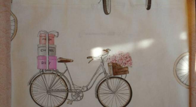 Tasche bedruckt mit Fahrrad, Luftballons und Blumen. Foto: Jovan Nikolić