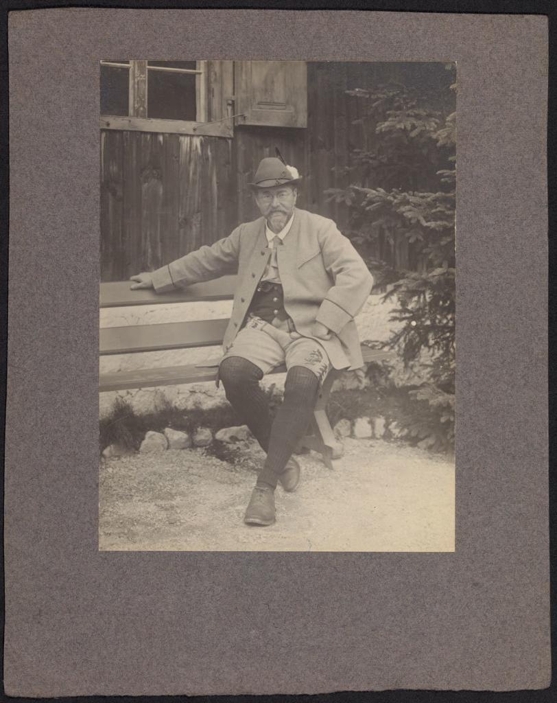 Ludwig Ganghofer vor seinem Jagdhaus Hubertus