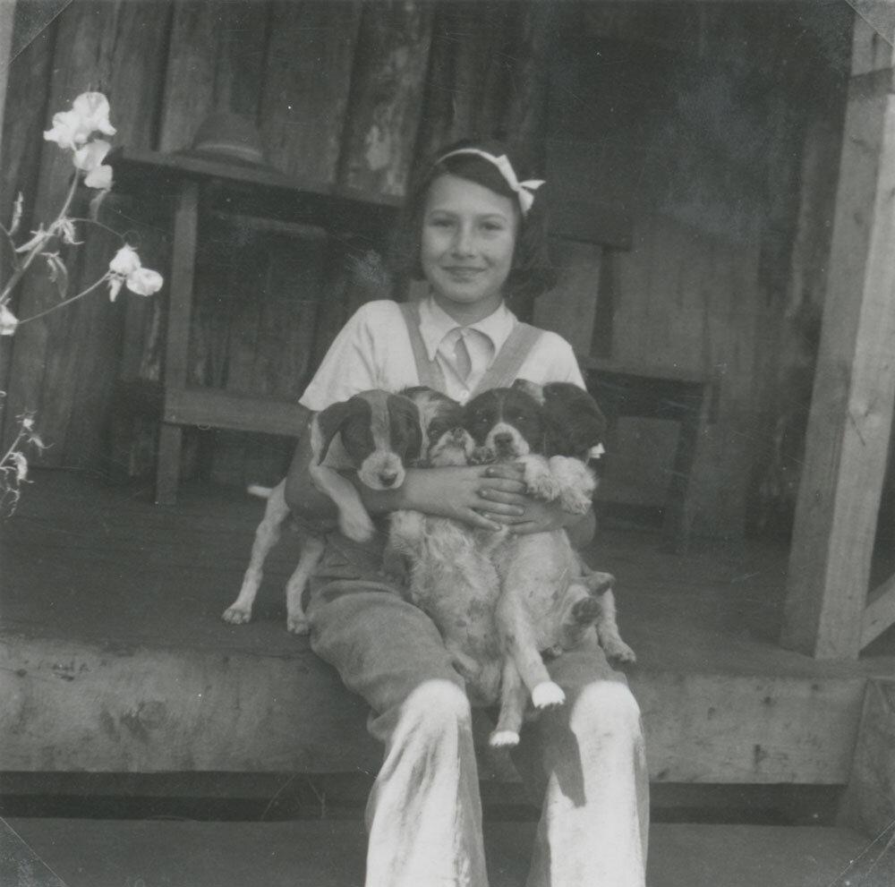 Stefanie Zweig mit ihren Hunden auf der Farm Ol Joro Orok, August 1941. Deutsches Exilarchiv 1933–1945 der Deutschen Nationalbibliothek, SplNL Stefanie Zweig, EB 2016/004, mit Dank an Walter Zweig. Reproduktion: DNB #femaleheritage