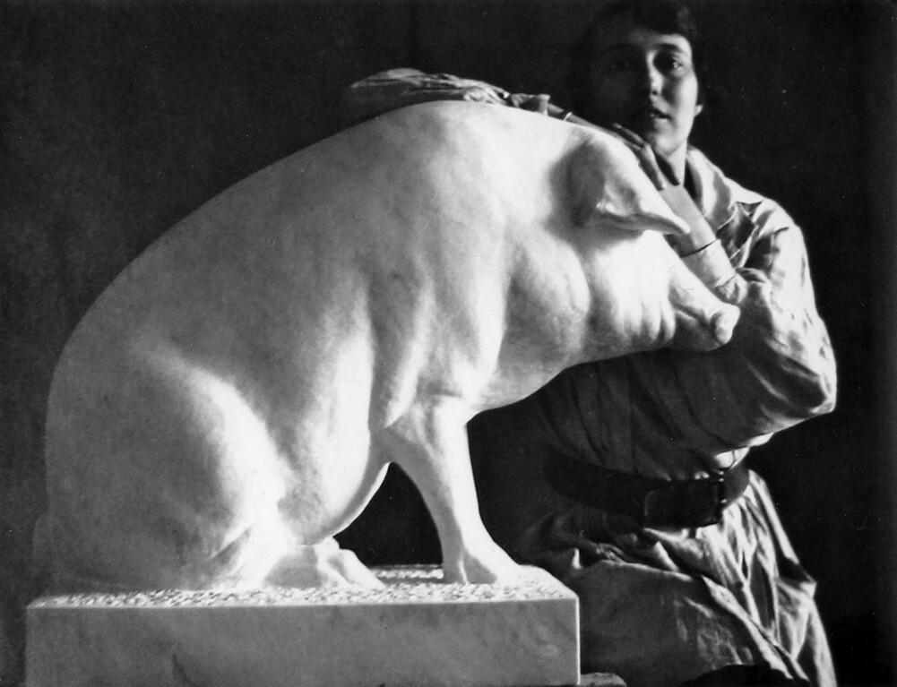 Christa Winsloe mit Marmorschwein, 1908 (aus: Doris Hermanns; Meerkatzen, Meißel und das Mädchen Manuela. Berlin: AvivA, 2012) #femaleheritage