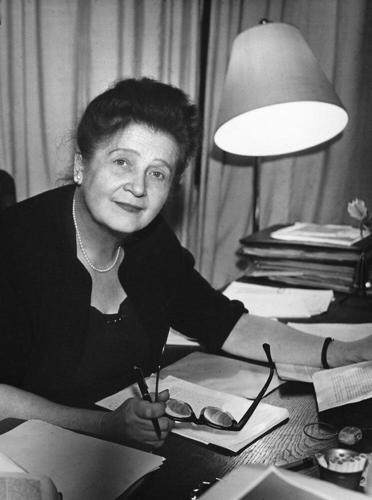 Annedore Leber an ihrem Schreibtisch in den 1950er Jahren #femaleheritage. Foto: Julius und Annedore Leber-Archiv, München.