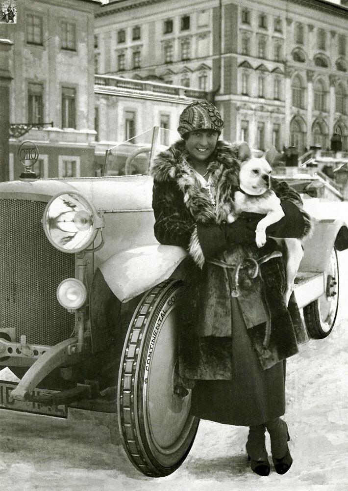Ada Otto mit Hund, Rennfahrerin. Foto: Geschichtswerkstatt Neuhause. #femaleheritage