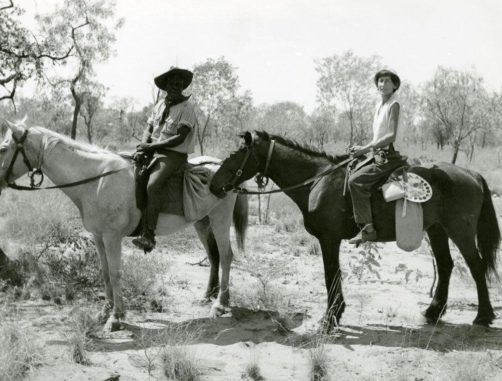 © MFK, A. Lommel I Nipper und Katharina Lommel zu Pferde I Felsbildstelle Sundron (Kimberley-Gebiet, Nordwest Australien) I 1954/55 I Inv. Nr. FO-109-18-11) | #femaleheritage