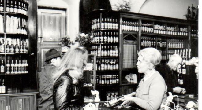 Irmgard Fuhrmann in ihrer Weinhandlung. Eine von drei Unternehmerinnen in der DDR.   #femaleheritage