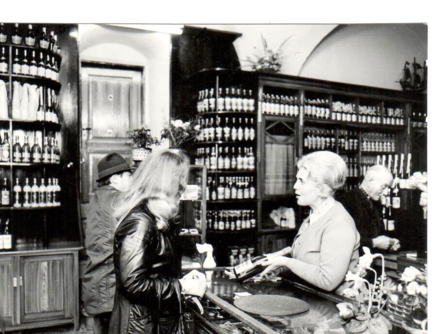 Irmgard Fuhrmann in ihrer Weinhandlung. Eine von drei Unternehmerinnen in der DDR. | #femaleheritage