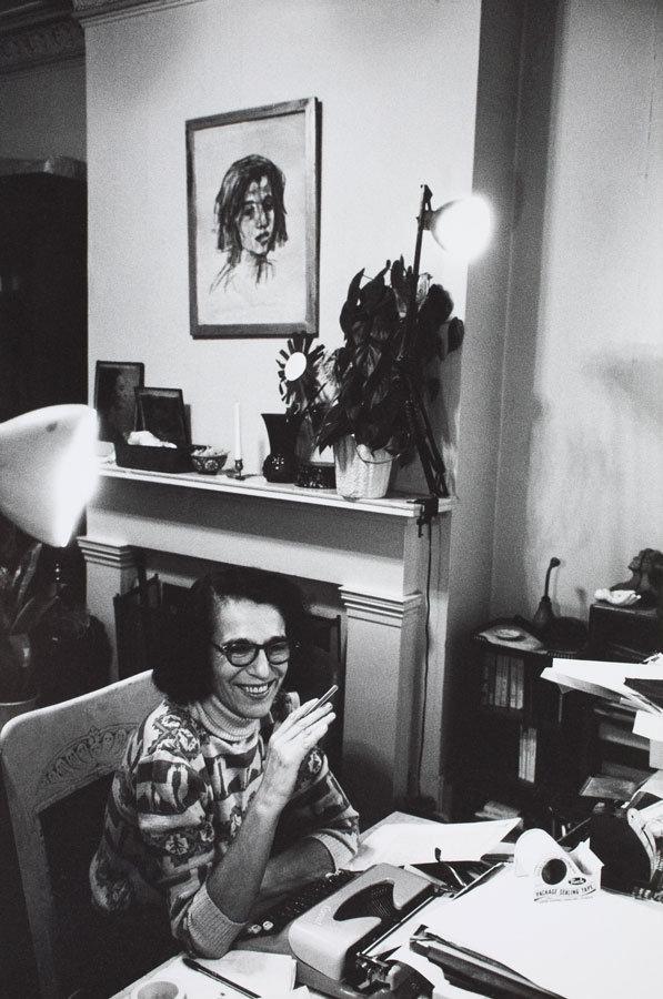 Ruth in ihrer New Yorker Wohnung – über ihr sieht man eine Lithografie Kokoschkas, die ebenfalls sie zeigt. So verschmelzen nicht nur zwei Bilder, sondern auch zwei Phasen und zwei Epochen in ihrem Leben – und zeigen eine in diesem Moment sehr strahlende Schriftstellerin, was in diesen Jahren nicht immer der Fall war. Bildnachweis: bpk / Münchner Stadtmuseum, Sammlung Fotografie / Archiv Landshof