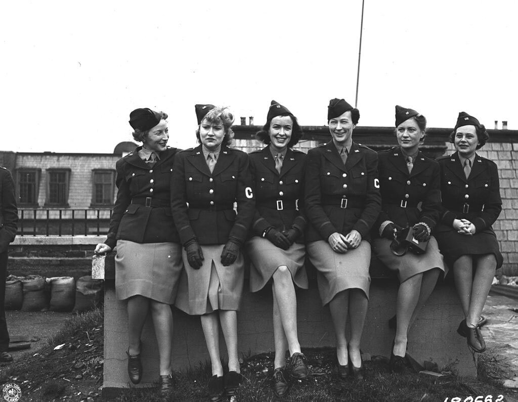 Ein Gruppenfoto mit weiblichen Kriegsreporterinnen 1943, Mary Welch, Dixie Tighe, Kathleen Harriman, Helen Kirkpatrick, Lee Miller, Tania Long (U.S. Army Center of Military History) U.S. Army Official Photograph, Public domain, via Wikimedia Commons #femaleheritage