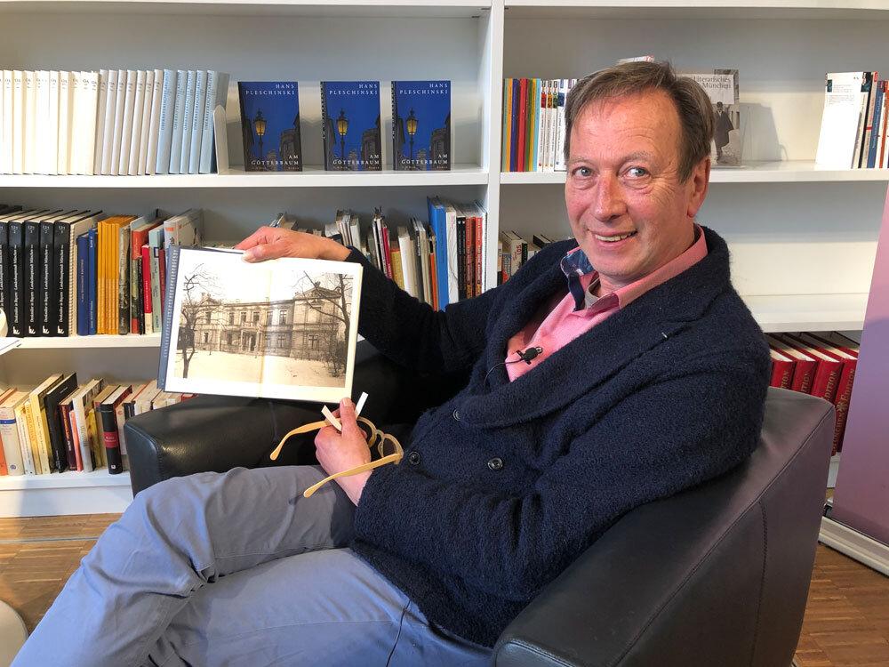 """Hans Pleschinski und sein Roman """"Am Götterbaum"""" - Lesung in der Monacensia. Im Buch seht Ihr die Paul Heyse-Villa"""