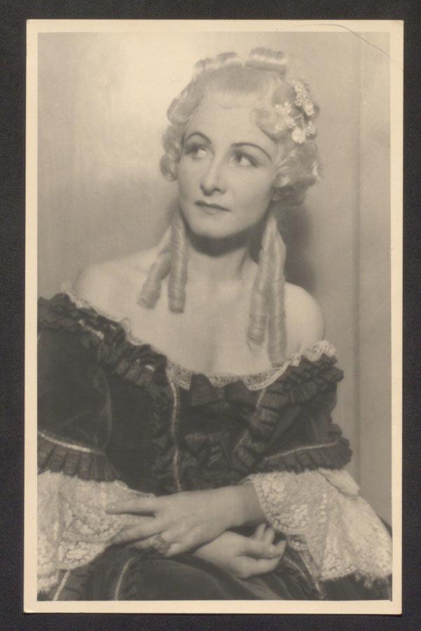 Pamela Wedekind in Rollenkostüm, München 1942, Fotograf: Hanns Holdt Waldemar-Bonsels-Stiftung, Münchner Stadtbibliothek / Monacensia, WB B 807