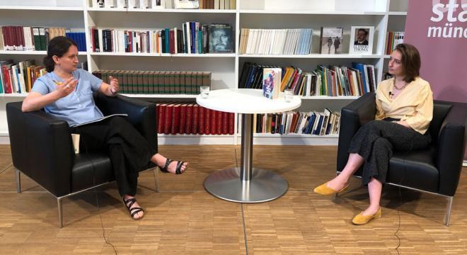 """Lesung und Gespräch mit Anika Landsteiner """"So wie du mich kennst"""", moderiert von Dr. Enikő Dácz."""