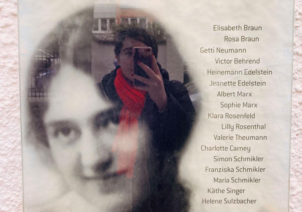 Selfie von Lilly Maier vor der Gedenktafel von Elisabeth Braun, Monacensia.