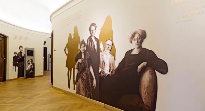 """Blick in die Ausstellung """"Eva's Töchter"""" mit Carry Brachvogel und die moderne Frau. Foto: Eva Jünger."""